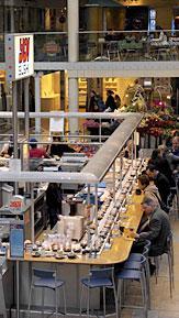 どこのYo!Sushi!も立地的には抜群のところにあるが、いかんせん人通りが多い場所(例えばデパートの中とか空港の中とか)にもあるので そういったところで寿司を食べるのは日本人には少し抵抗があるかも